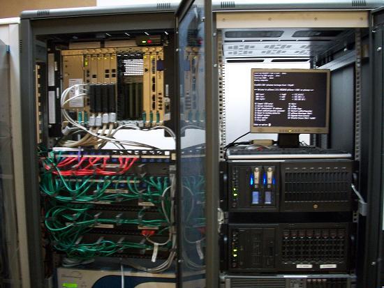 Centralita TDA 200 y rack de servidores